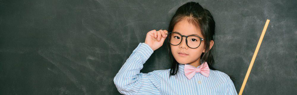 塾講師の真似をしている女の子